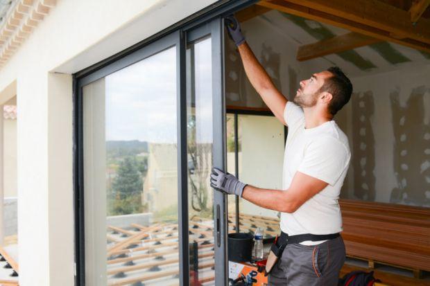 Ceny stolarki otworowej będą rosnąć przez następne miesiące, podobnie jak ceny innych materiałów budowlanych. Inwestorzy zapłacą nawet o 10-15% więcej za okna, drzwi czy bramy garażowe w 2021 r. Niektórzy eksperci przewidują trend wzrostu ce
