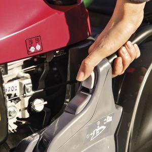 Regulacja wysokości koszenia to kluczowa funkcja w każdej kosiarce. Fot. mat. prasowe Honda