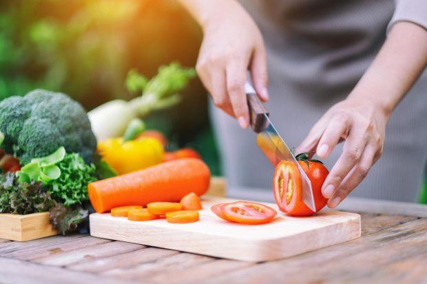 Zdaniem ekspertów ograniczenie spożycia mięsa i nabiału to jedno z kluczowych działań, jakie możemy podjąć, by przeciwdziałać zmianie klimatu. Tymczasem, tylko niewielu z nas byłoby skłonnych do podjęcia takiego kroku w trosce o planetę –