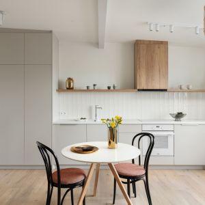 Coraz większą popularnością cieszą się zabudowy na całe ściany, które podnoszą końcową cenę mebli. Zastanówmy się, czy faktycznie taka wersja kuchni jest w naszym przypadku najbardziej optymalnym rozwiązaniem. Projekt Ola Dąbrówka, GOOD VIBES Interiors. Fot. Mikołaj Dąbrowski