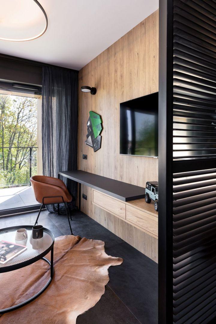 Inwestorowi zależało, by w pierwotnie jednopokojowym mieszkaniu jednak wyodrębnić strefę sypialni z możliwością zamknięcia, oddzielenia od części dziennej. 29-metrowa kawalerka w Poznaniu. Projekt wnętrza: 2form. Zdjęcia: Norbert Banaszyk