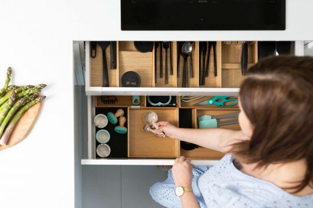 Miarą uporządkowanej kuchni jest nie tylko czystość i ład przestrzeni, ale również jej funkcjonalność. Wnętrza szuflad i ich układ okazują się niekiedy wyzwaniem w organizacji i przechowywaniu wszelkiego rodzajów akcesoriów kuchennych i spr