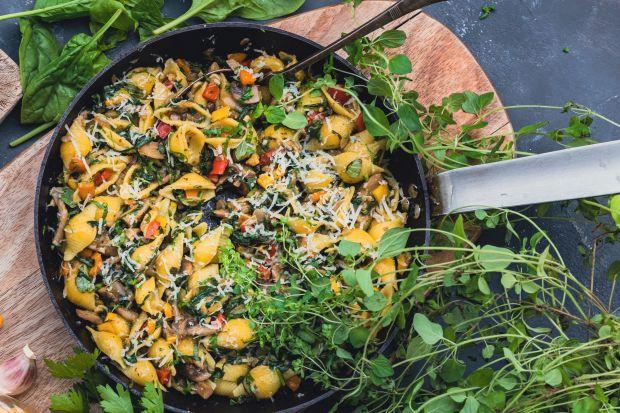 Makaron to lekki i szybki dodatek do wielu dań. Polecamy przepis na przygotowanie aromatycznego i bezglutenowego dania z estetycznym makaronem muszelki z dodatkiem warzyw, ziół i pieczarek. Danie idealnie nadaje się na letni obiad, szczególnie dla os