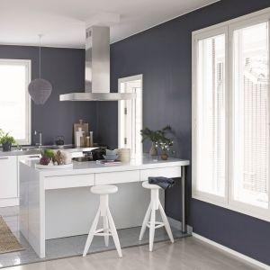 Przy białych meblach kuchennych, niezwykle efektowną metamorfozą będzie pomalowanie ścian farbą Tikkurila Optiva Semi Matt 20 w intrygującym, głęboko granatowym odcieniu Denim.