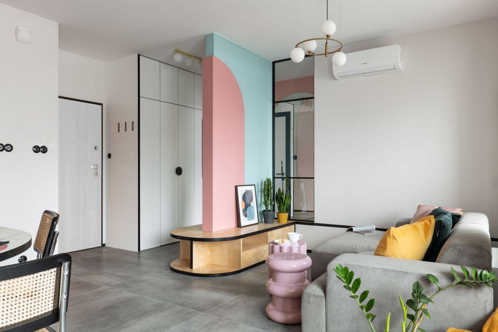 Na mieszkanie składa się salon z aneksem kuchennym, sypialnia, łazienka, hol. Realizacja i zdjęcia: KODO Projekty i Realizacje Wnętrz