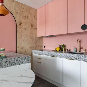 Różowe frobty kuchenne i blaty z lastryka. Realizacja i zdjęcia: KODO Projekty i Realizacje Wnętrz
