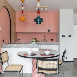 Róż jako baza – kolor inspirowany domem mody Acne Studios. Realizacja i zdjęcia: KODO Projekty i Realizacje Wnętrz