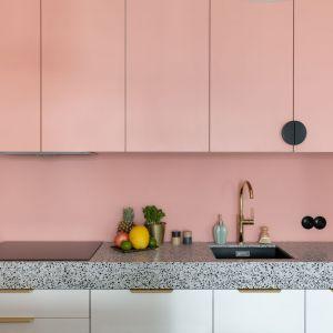 Ściana nad blatem w kuchni powtarza kolor z frontów kuchennych. Realizacja i zdjęcia: KODO Projekty i Realizacje Wnętrz