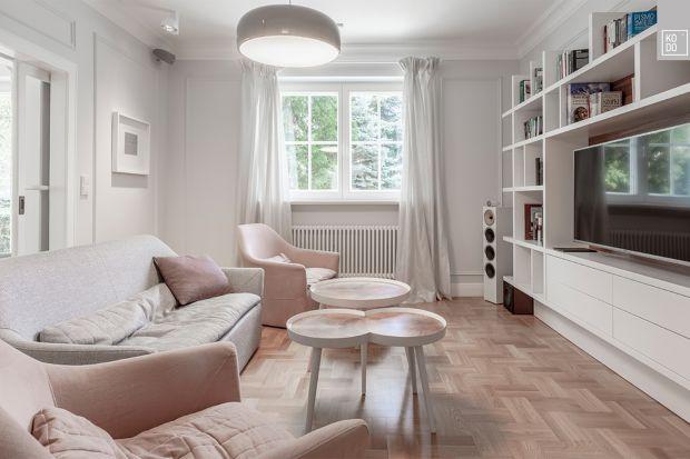 Wnętrze dużej willi na wrocławskich Krzykach jest przykładem doskonałego połączenia dwóch trendów w aranżacji – współczesnego minimalizmu z codzienną funkcjonalnością, wyrażającą się w jasnych przestrzeniach, naturalnych materiałach