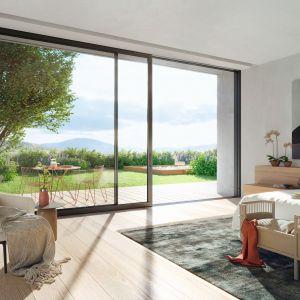 Ważną rolę w architekturze budynków odgrywają odpowiednio rozplanowanie przejścia na taras lub ogród, w postaci komfortowych w użytkowaniu drzwi balkonowych lub przesuwnych. Fot. Schüco