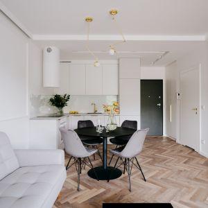 Kuchnia otwarta na salon jest lepiej oświetlona, można też swobodniej planować jej układ, gdyż ściany nie są już sztywnym ograniczeniem. .Fot. Ardant