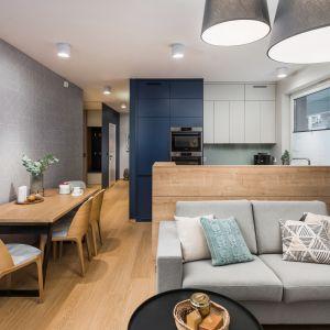 Posiadając małą mieszkanie warto postawić na jasne kolory, które optycznie powiększą nasze wnętrze. InDe Projekt zdj Bartek Bieliński