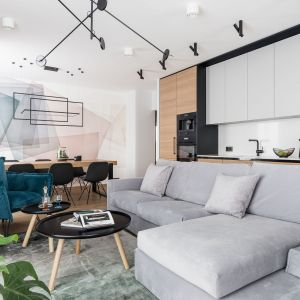 Pierwszą rzeczą jaką możesz zrobić urządzając małe mieszkanie w bloku, to otworzyć kuchnię na drugie pomieszczenie. Projekt Estera Sosnowska i Robert Sosnowski. Zdjęcia Fotomohito