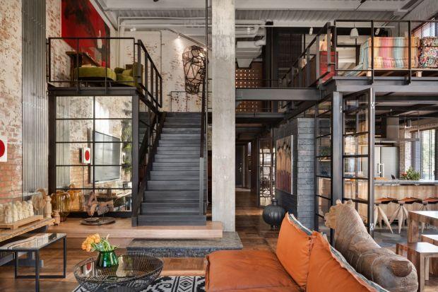 Styl industrialny już od kilku sezonów bryluje w naszych mieszkaniach. Surowość we wnętrzach skradła serca zarówno pasjonatów designu, jak i projektantów domowych przestrzeni. Jej zaletą jest nie tylko niepowtarzalny klimat, ale również możli