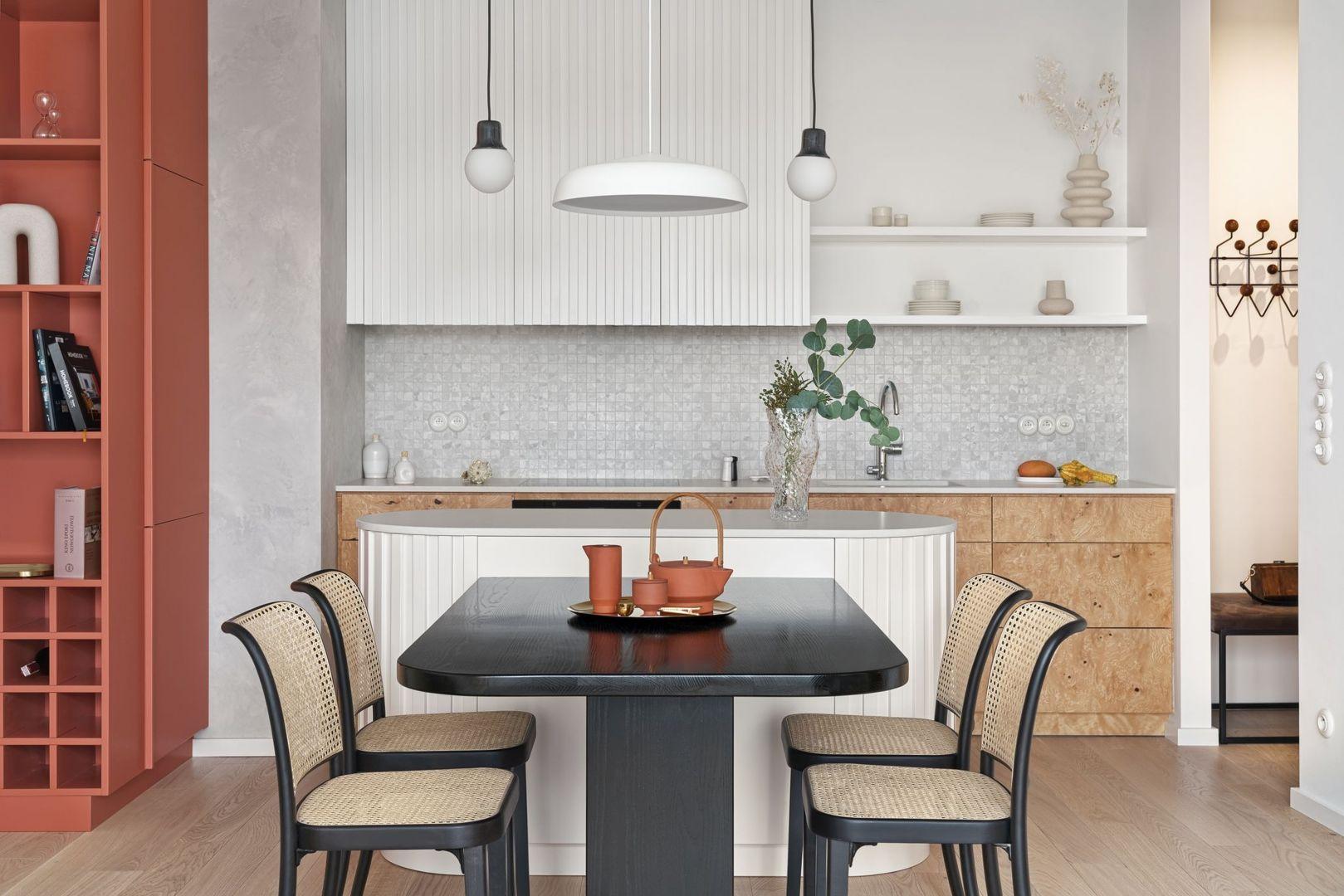 Płytki na ścianie nad blatem w kuchni. Projekt Studio Inbalance Fot. Tom Kurek
