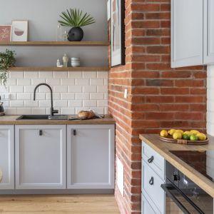 Płytki na ścianie nad blatem w kuchni. Projekt Decoroom. Fot. Pion Poziom