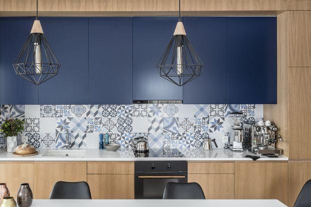 Co na ścianę nad blatem w kuchni? Najczęstszym rozwiązaniem, na które się decydujemy są płytki ceramiczne. Są one bardzo praktyczne – przede wszystkim szybko i łatwo się je czyści, co jest ich ogromną zaletą.Dostępne są w wielu wzorach