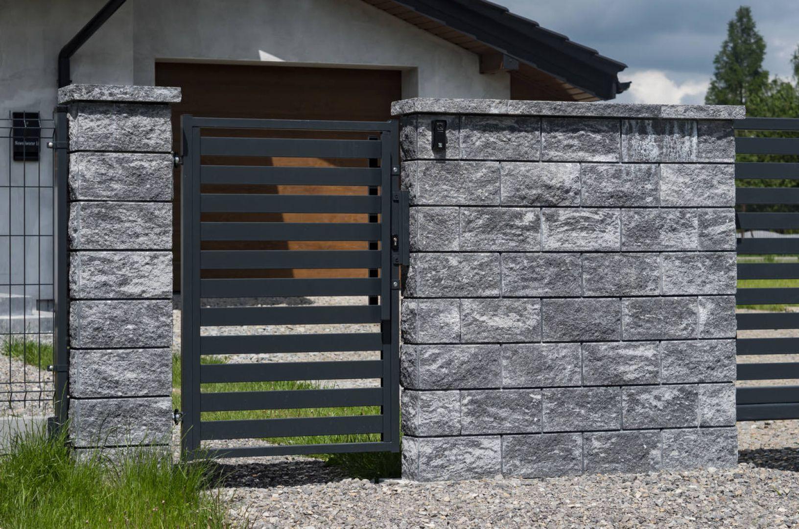 Nowoczesne ogrodzenie o minimalistycznym wyglądzie fot. Plast-Met Systemy Ogrodzeniowe