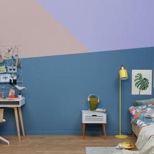 Chcąc puścić wodze kreatywności w pokoju ucznia można postawić na połączenie kilku odcieni na ścianach, tworząc geometryczne, nieregularne wzory. W tej roli świetnie sprawdzi się zestawienie niebiskiej farby Oxygen z palety Beckers Designer Collection z kolorami Lavender i Powder Pink farby  Beckers Designer Colour.