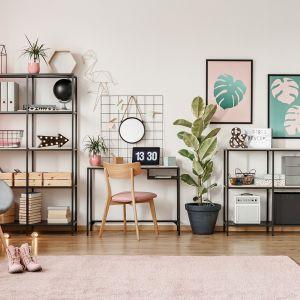 Z łatwością unikniemy wrażenia cukierkowości, jeżeli ścianę pomalowaną farbą Beckers Designer Collection we wdzięcznym odcieniu Ballet zestawimy z nowoczesnymi grafikami i meblami oraz dekoracjami w stylu urban jungle.