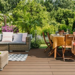 Jadalnia w ogrodzie czy na tarasie to fantastyczny pomysł, zwłaszcza na lato. Fot. DLH