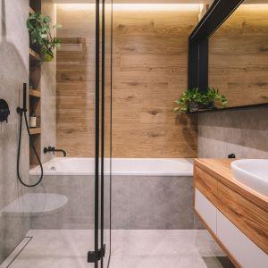 Łazienka z dużą ilością koloru drewna. Projekt Make Architekci. Zdjęcia Hanna Połczyńska, Kroniki Studio