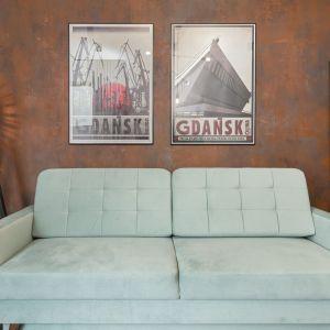 Prosta sofa w miętowym kolorze stanęła w salonie. Projekt wnętrza: Aneta Subda. Zdjęcia:  STOLZ Photography Team dla Renters.pl. Współpraca: Dekorian Home