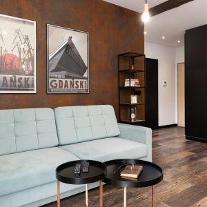 Na ścianie w salonie znalazł się tynk strukturalny z efektem rdzy. Projekt wnętrza: Aneta Subda. Zdjęcia:  STOLZ Photography Team dla Renters.pl. Współpraca: Dekorian Home