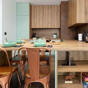 W mieszkaniu dominuje kolor surowego drewna zestawiony z jasną zielenią. Projekt wnętrza: Aneta Subda. Zdjęcia:  STOLZ Photography Team dla Renters.pl. Współpraca: Dekorian Home