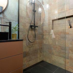 W łazience uwagę zwracają czarne profile prysznica, czarna armatura łazienkowa i baterie, zarówno prysznicowa, jak i umywalkowa. Projekt wnętrza: Aneta Subda. Zdjęcia:  STOLZ Photography Team dla Renters.pl. Współpraca: Dekorian Home