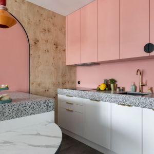 Kolorowa kuchnia z blatem z lastryko. Realizacja i zdjęcia KODO Projekty i Realizacje Wnętrz