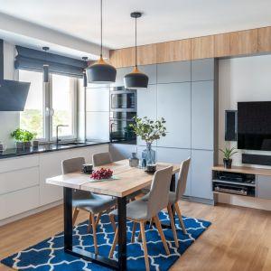 W nowoczesnej kuchni biel doskonale łączy się z kolorem szarym oraz z drewnem. Projekt: Ewelina Para, RED design. Fot. Adam Woropiński www.bardzo.photo.pl