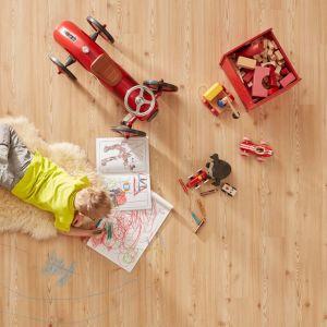 W pokoju dziecka warto postawić na najwyższej jakości materiał wykończeniowy na podłogę, a także zadbać o odpowiednie przygotowanie podłoża i akcesoria, które zwiększą komfort użytkowania podłogi. Fot. wineo