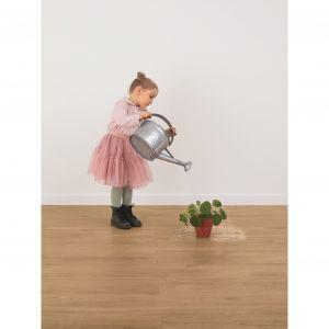 Nowoczesne biopodłógi wyróżniają się właściwościami antypoślizgowymi, więc minimalizują również ryzyko upadku podczas dziecięcych zabaw. Fot. wineo