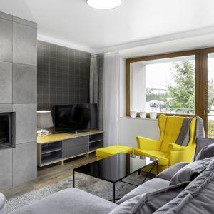 Nowoczesna sofa w salonie i czarny błyszczący stolik. Projekt Katarzyna Maciejewska. Zdjęcia Dekorialove