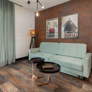 Miętowa sofa i stoliki w loftowym stylu, na nogach w kolorze miedzianym. Projekt wnętrza Aneta Subda. Zdjęcia Renters. Współpraca Dekorian Home