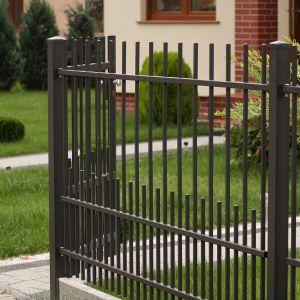 Zaplanowanie całej koncepcji ogrodu przed przystąpieniem do prac ułatwi też rozprowadzenie niezbędnych instalacji. Chodzi przede wszystkim o zasilanie potrzebne do oświetlenia zewnętrznego oraz system nawodnienia. Fot. Plast-Met Systemy Ogrodzeniowe