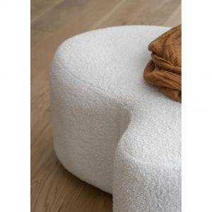 Puf Miuf został wykonany z jasnej i przytulnej tkaniny bouclè w kolorach ecru lub taupe. Fot. Miuform