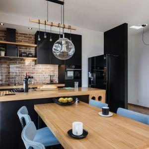 Mała kuchnia z jadalnią. Projekt i zdjęcia: Deer Design