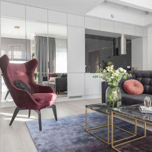 Stylowy fotel uszak w salonie. Projekt i zdjęcia: KODO Projekty i Realizacje Wnętrz