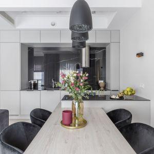 Prosta i elegancka kuchnia w formie aneksu. Projekt i zdjęcia: KODO Projekty i Realizacje Wnętrz