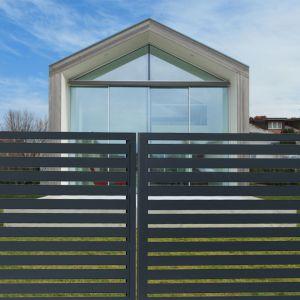 W technologii paneli ogrodzeniowych może być także wykonana furtka oraz brama wjazdowa. Fot. Fortlook