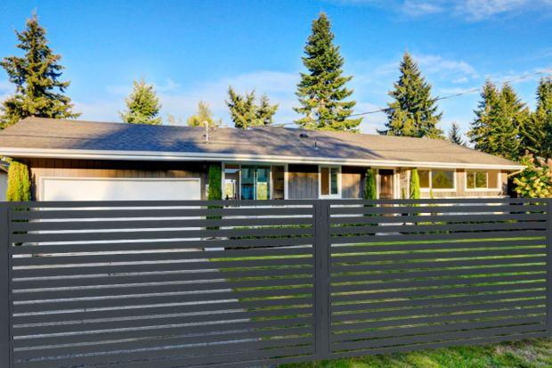 Ogrodzenie to najważniejszy element otoczenia domu. Dobrze dobrane będzie cieszyć oczy i służyć nam przez długie lata.Obecnie dużą popularnością cieszą się rozwiązania wykonane ze stali, które wyglądają bardzo nowocześnie. Są trwałe,