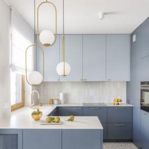 Ściana nad blatem w kuchni wykończona jest jasnymi płytkami o małym formacie. Projekt: Decoroom Fot. Pion Poziom