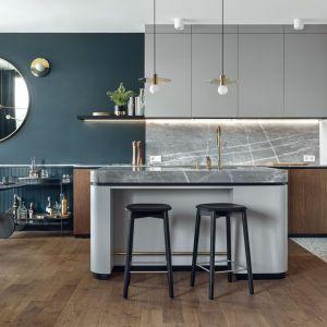 Ściana nad blatem w kuchni wykończona jest szarym marmurem bardiglio, który znajduje się także na blatach. Projekt: Marta i Michał Raca, Raca Architekci. Fot. Tom Kurek