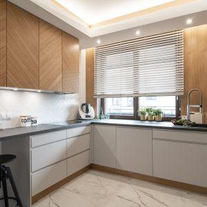 Ściana nad blatem w kuchni wykończona jest białymi płytkami ułożonymi w jodełkę. Realizacja i zdjęcia: KODO Projekty i Realizacje Wnętrz
