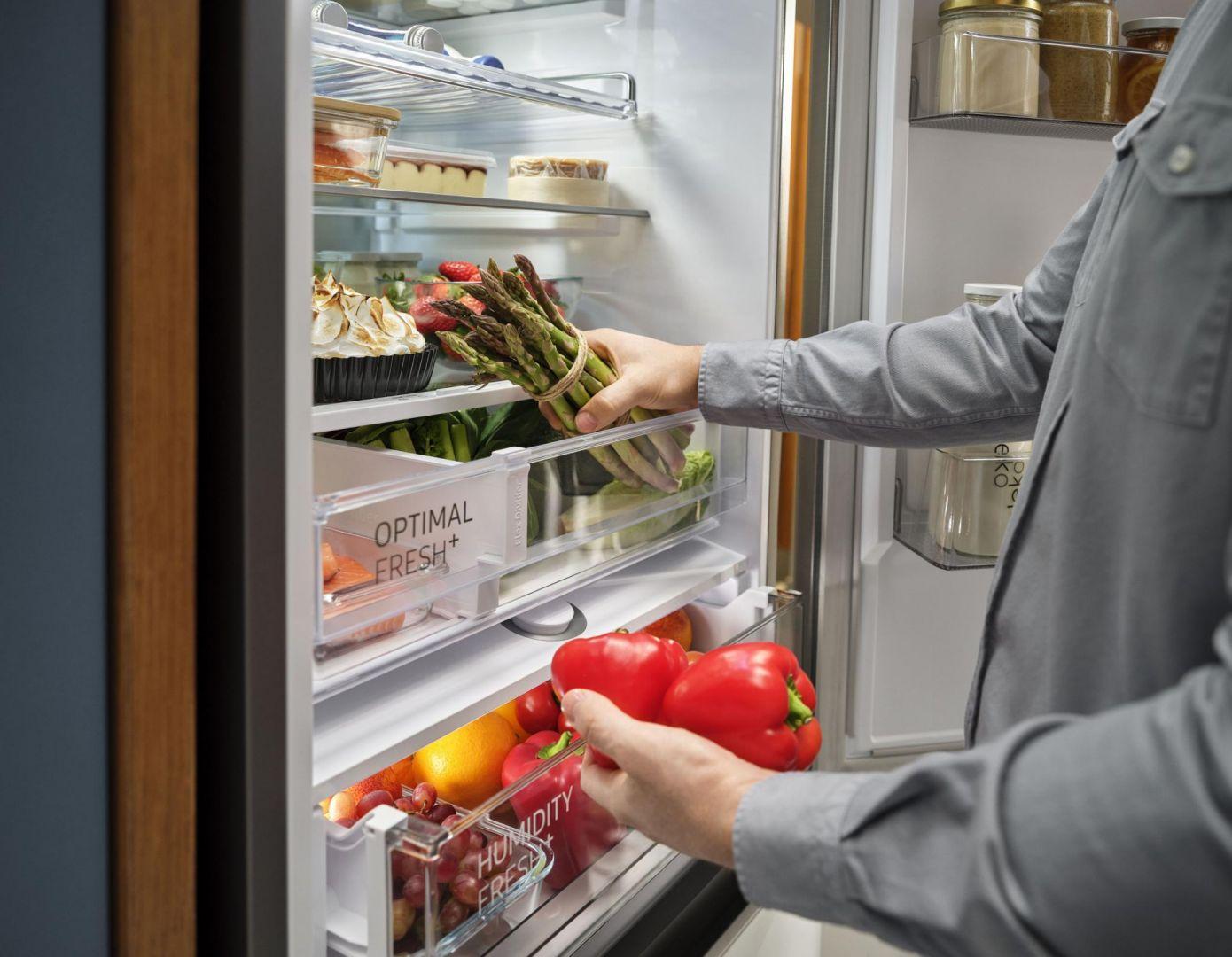 Spośród uczestników badania aż 48% twierdzi, że w lodówce brakuje im miejsca na produkty i pojemniki, a 41% z nich miewa problemy ze zmieszczeniem ciasta lub tortu. Fot. Samsung