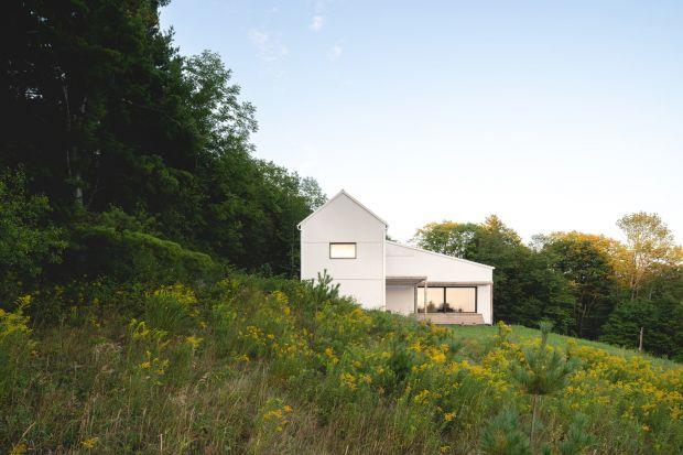 Budownictwo pasywne to przyszłość! Zobaczcie, jak może wyglądać taki dom. Ten na zdjęciach powstał dla czterosobowej rodziny i częściowo wbudowano go w górskie zbocze.