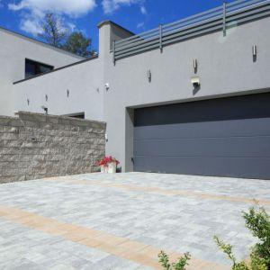 Przestrzeń przed domem musi być spójna stylistycznie z budynkiem. Fot. Polbruk