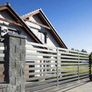 Oprócz kryterium funkcjonalnego niezwykle ważny jest również charakter materiałów budowlanych, których użyjemy do stworzenia przestrzeni przed domem. Fot. Polbruk